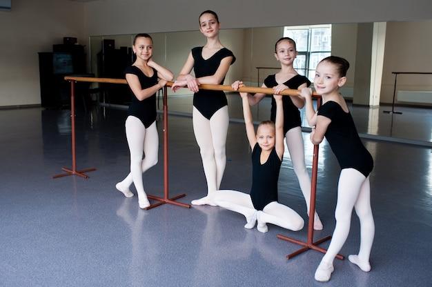 Dziewczyny komunikują się w klasie w szkole baletowej.
