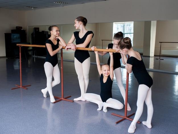 Dziewczyny komunikujące się w klasie w szkole baletowej