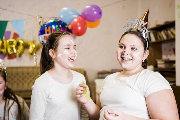 Dziewczyny ma zabawę na przyjęciu urodzinowym