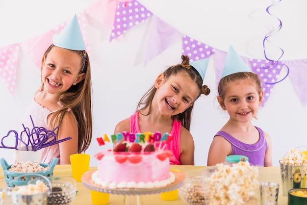 Dziewczyny ma zabawę przy przyjęciem urodzinowym