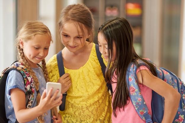 Dziewczyny mają przerwę w szkole