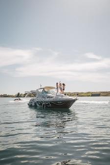 Dziewczyny modelują na pokładzie łodzi na wodzie