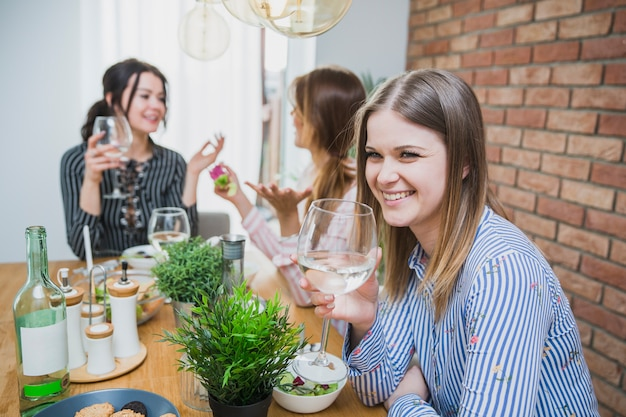 Dziewczyny na czacie i picie wina