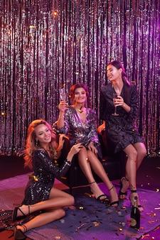 Dziewczyny na imprezie. gwiazdy hollywood. świętowanie.