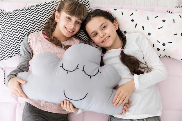 Dziewczyny na łóżku