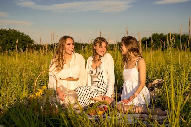 Dziewczyny na pikniku, spędzanie wolnego czasu na świeżym powietrzu