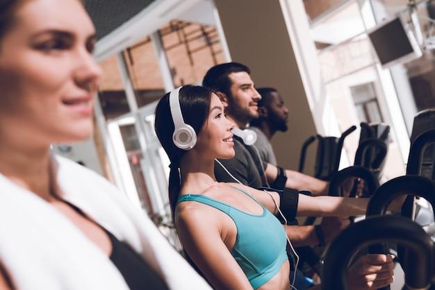 Dziewczyny na siłowni z uruchomionymi słuchawkami