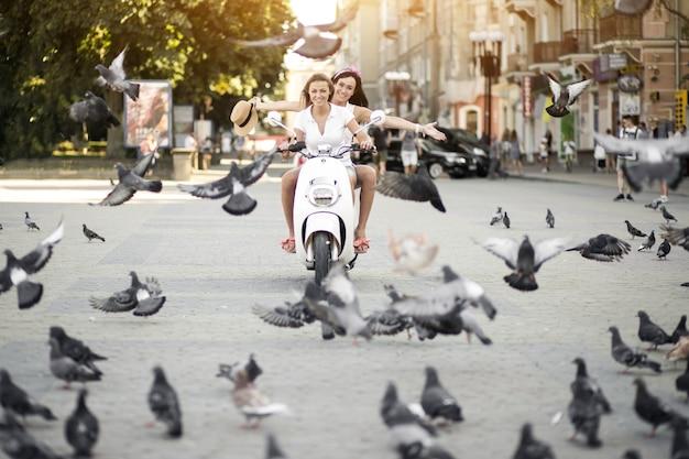 Dziewczyny na skuterze
