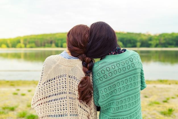 Dziewczyny najlepsi przyjaciele na zawsze widok z tyłu