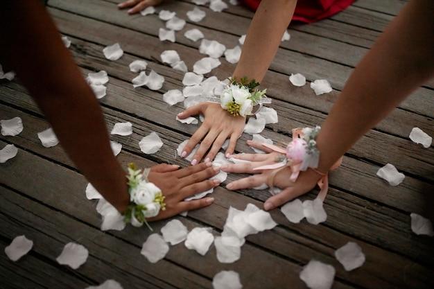 Dziewczyny noszące kwiatowe dodatki na balu