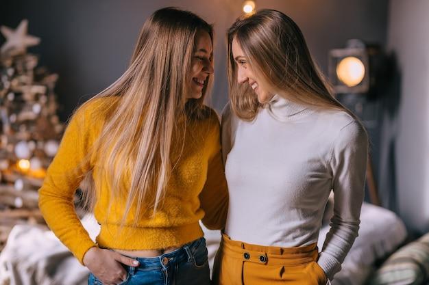 Dziewczyny obejmują się i patrzą na siebie