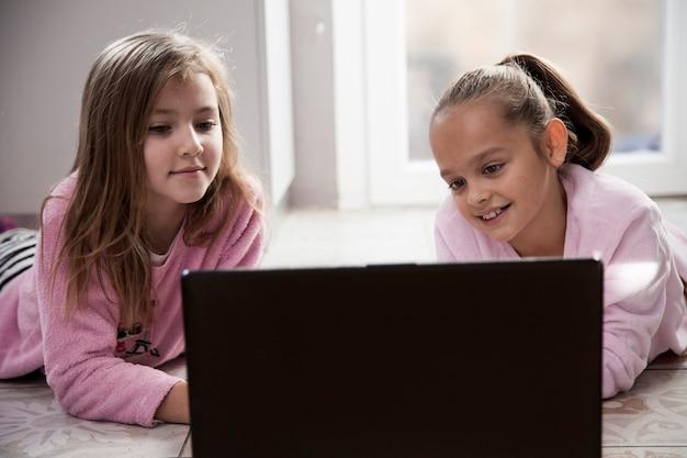 Dziewczyny oglądają film na laptopie