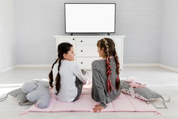 Dziewczyny oglądające telewizję