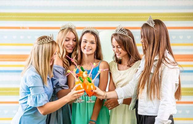 Dziewczyny piją koktajle