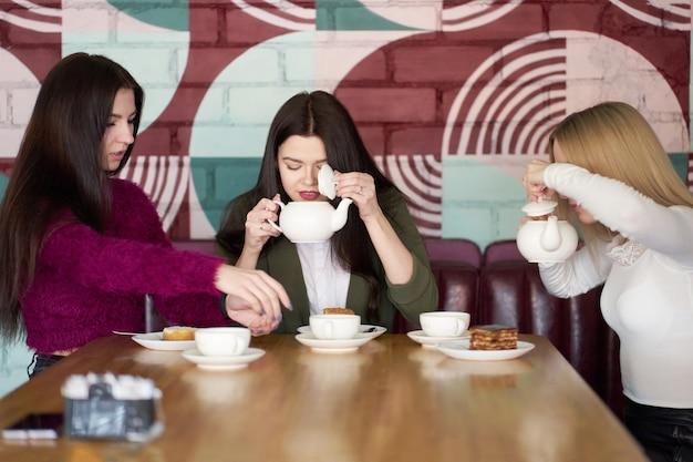 Dziewczyny pije herbatę w kawiarni