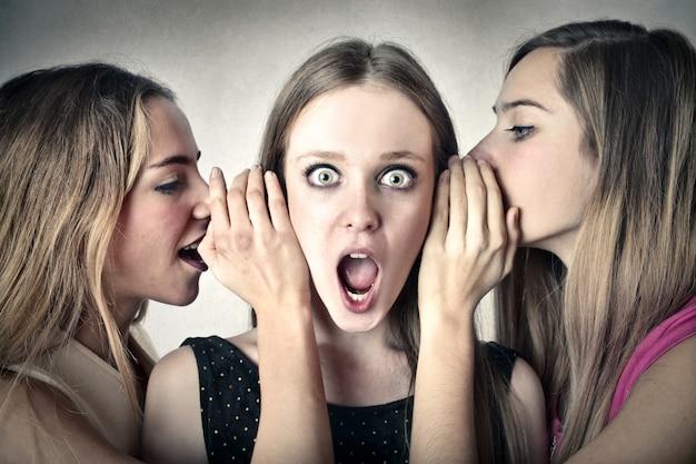 Dziewczyny plotkują wiadomości