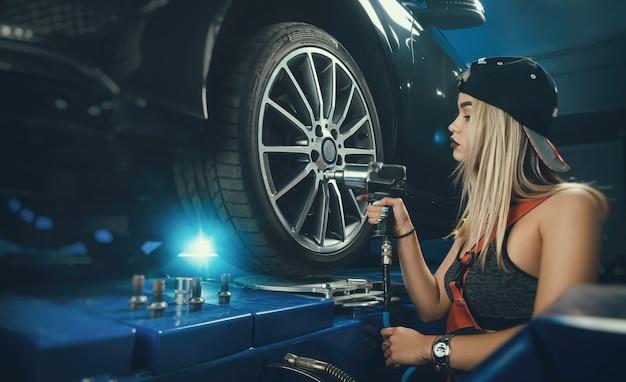 Dziewczyny po drodze mechanicy naprawiają samochody