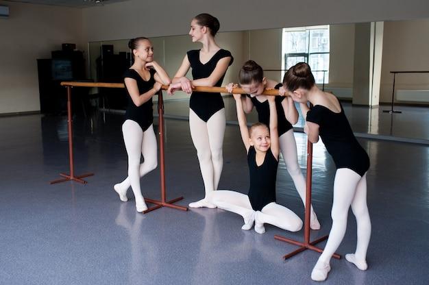 Dziewczyny porozumiewają się na zajęciach w szkole baletowej.