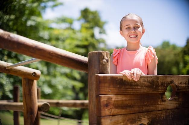 Dziewczyny pozycja i ono uśmiecha się na boisko jedzie w parku