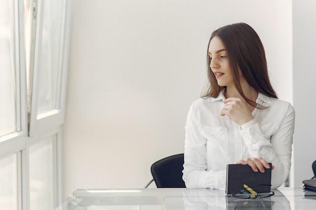 Dziewczyny pozycja w biurze z notatnikiem
