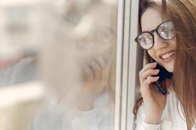 Dziewczyny pozycja w biurze z telefonem