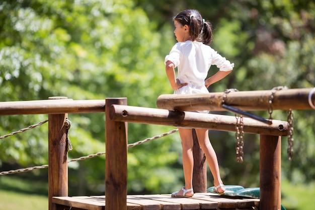 Dziewczyny pozycja z rękami na biodrach w parku