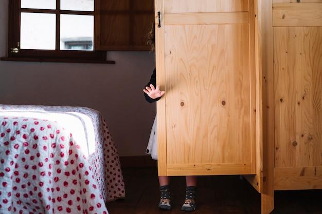 Dziewczyny pozycja za drewnianym spiżarnią