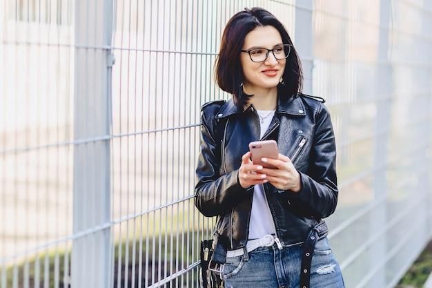 Dziewczyny przesyłanie wiadomości na telefonie i ono uśmiecha się