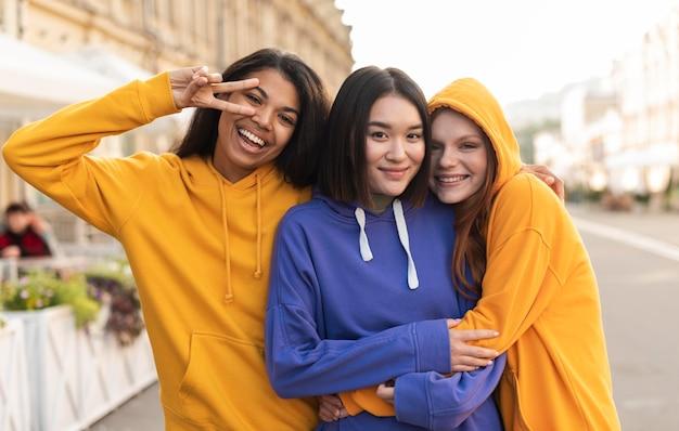 Dziewczyny przyjaźnią się nawet z różnicami etnicznymi