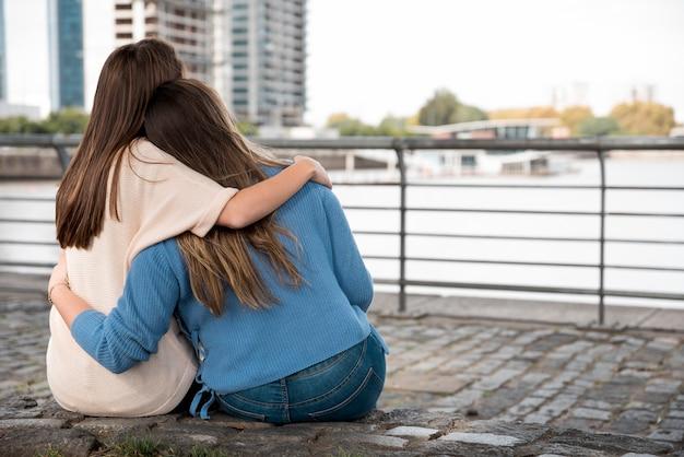 Dziewczyny przytulanie przed wodą