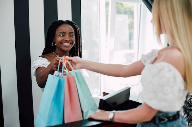 Dziewczyny robią razem zakupy