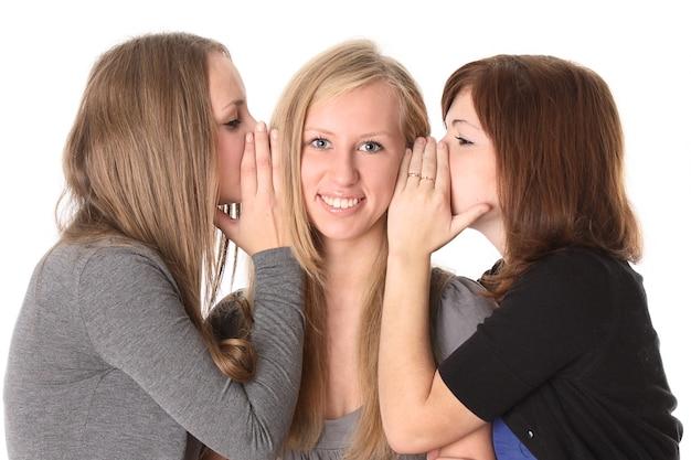 Dziewczyny rozmawiają na białym tle