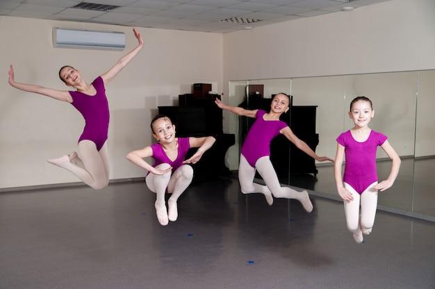 Dziewczyny skaczą na choreografię.