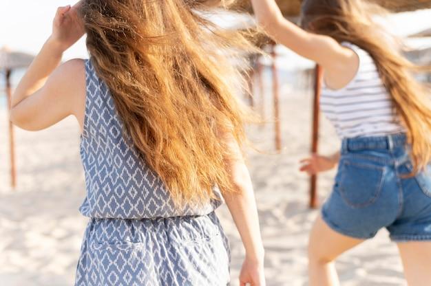 Dziewczyny spędzają razem czas na plaży