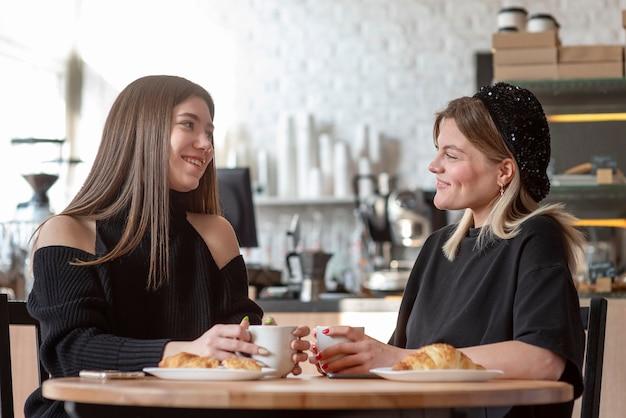 Dziewczyny spędzają razem czas przy kawie