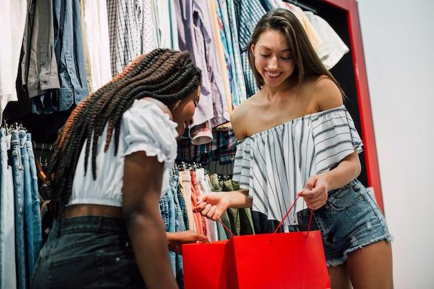 Dziewczyny sprawdzają, co kupili