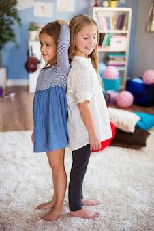 Dziewczyny sprawdzające, kto jest wyższy