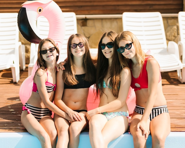 Dziewczyny stanowią przy basenie