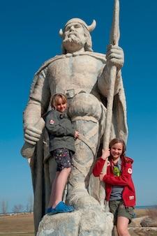 Dziewczyny stoi na viking statui w gimli, manitoba kanada