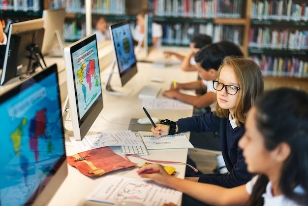 Dziewczyny studiuje mapy klasy pojęcie