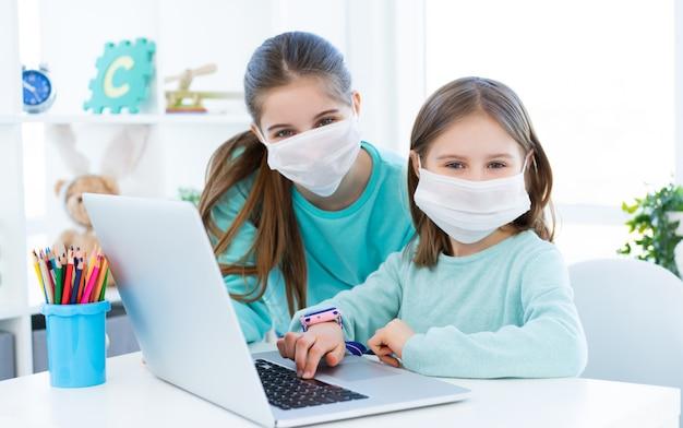 Dziewczyny studiuje w domu używać laptop