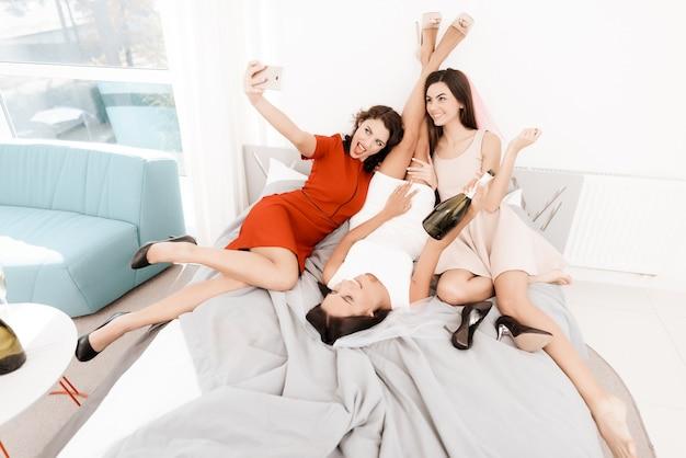 Dziewczyny świetnie się bawią na przyjęciu.