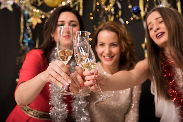 Dziewczyny świętują na imprezie 2019 nowego roku