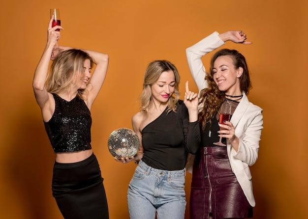 Dziewczyny tańczą razem