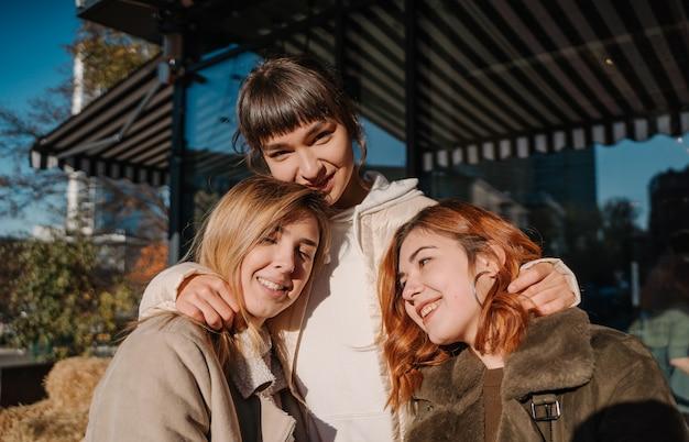 Dziewczyny trzymają dynie w rękach. zdjęcie na zewnątrz.