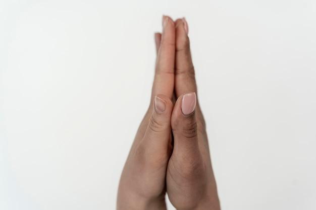 Dziewczyny trzymając się za ręce zjednoczone