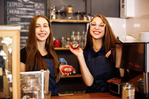 Dziewczyny trzymające pączki w rękach