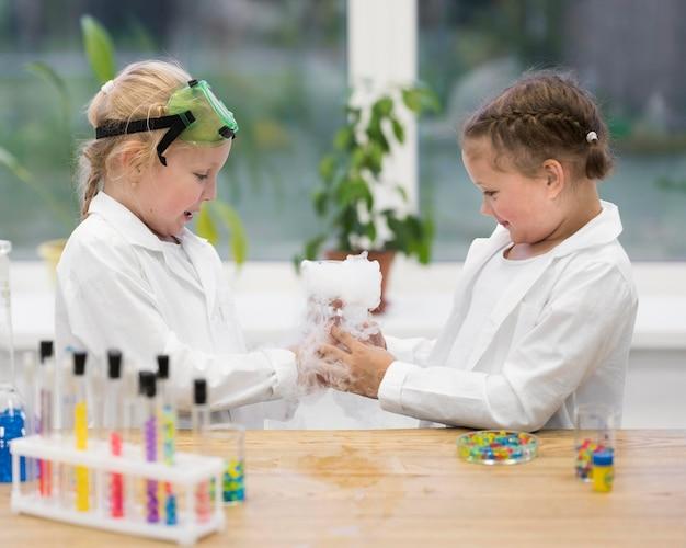 Dziewczyny uczące się eksperymentów naukowych