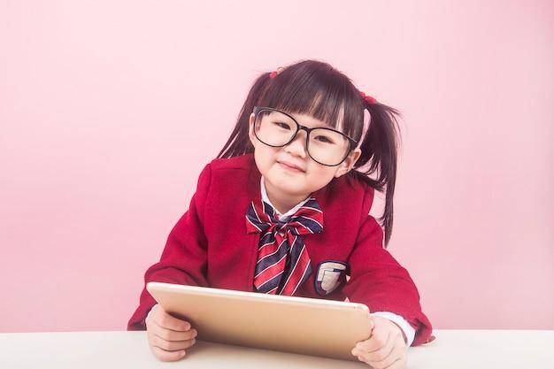 Dziewczyny uczące się online w domu