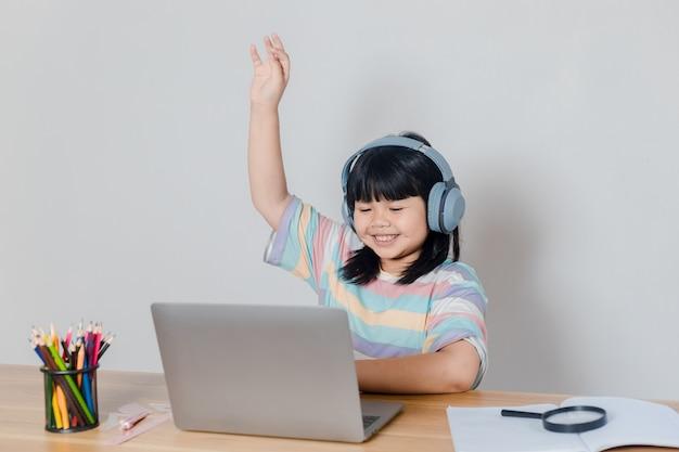Dziewczyny uczące się online w domu;
